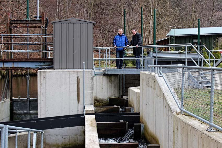 MdL Ronny Wähner bei der Besichtigung einer Wasserkraftanlage.