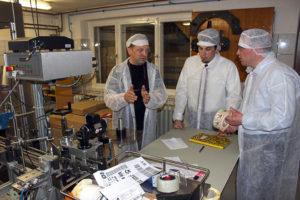 Ronny Wähner, MdL und Clemens Lötzsch, CDU-Bürgermeisterkandidat in Crottendorf, besuchen die Grenzwald Destillation GmbH.