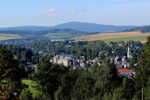 Das Sehmatal mit Fichtelberg und Keilberg im Hintergrund.
