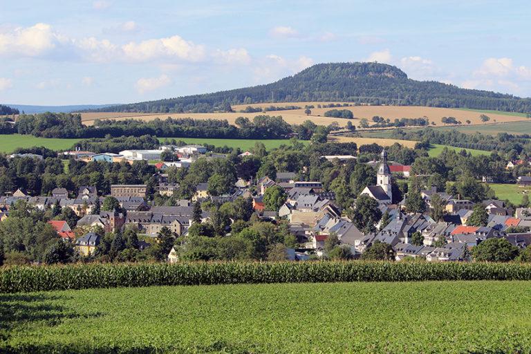 Blick auf Schlettau, im Hintergrund der Scheibenberg.