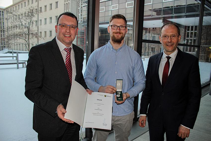 Kristian Mauerserbger aus Königswalde erhielt die Lebensrettermedaille von Sachsens Innenminister Markus Ulbig im Sächsischen Landtag.