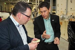 Ronny Wähner und Norafin Geschäftsführer André Lang beim Firmenbesuch in Mildenau.