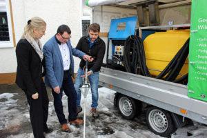 Ronny Wähner und Berit Schiefer bei der VIS Bautechnik GmbH Schönfeld mit Geschäftsführer Tino Stobbe.