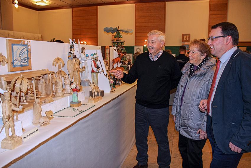 Wolfgang Süß, Vorsitzender des Schnitzvereines, Kathrina Dörfler, Vorsitzende des Klöppelvereines und Bürgermeister Ronny Wähner, zu Eröffnung des diesjährigen Schnitz- und Klöppelausstellung in Königswalde.