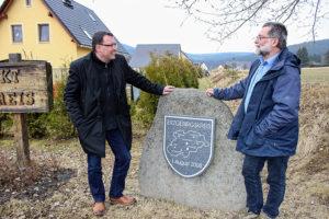 """Ronny Wähner und Bürgermeister Christoph Neubert am """"Mittelpunkt"""" des Erzgebirgskreises."""