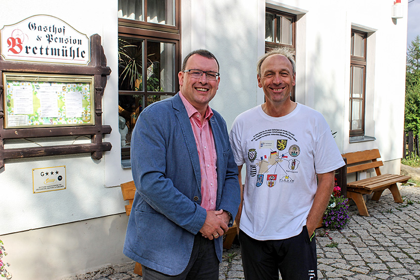 Ronny Wähner und der französische Buchautor Laurent Guillet vor der Brettmühle in Königswalde.