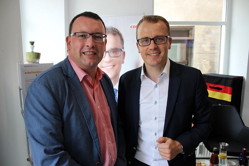 Ronny Wähner (l.) zur Eröffnung des Bürgerbüros bei Alexander Krauß.