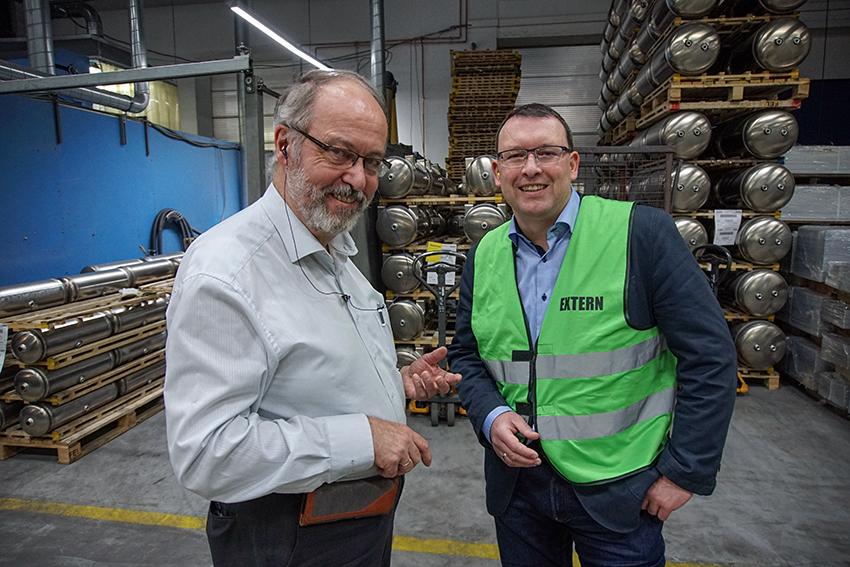 Der kaufmännische Leiter, Michael Langer, führt durch die Produktion.