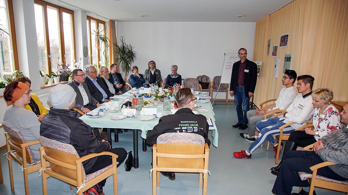 Der Sächsische Ausländerbeauftragte Geert Mackenroth besuchte das Altenpflegeheim Sankt Anna in Annaberg-Buchholz.