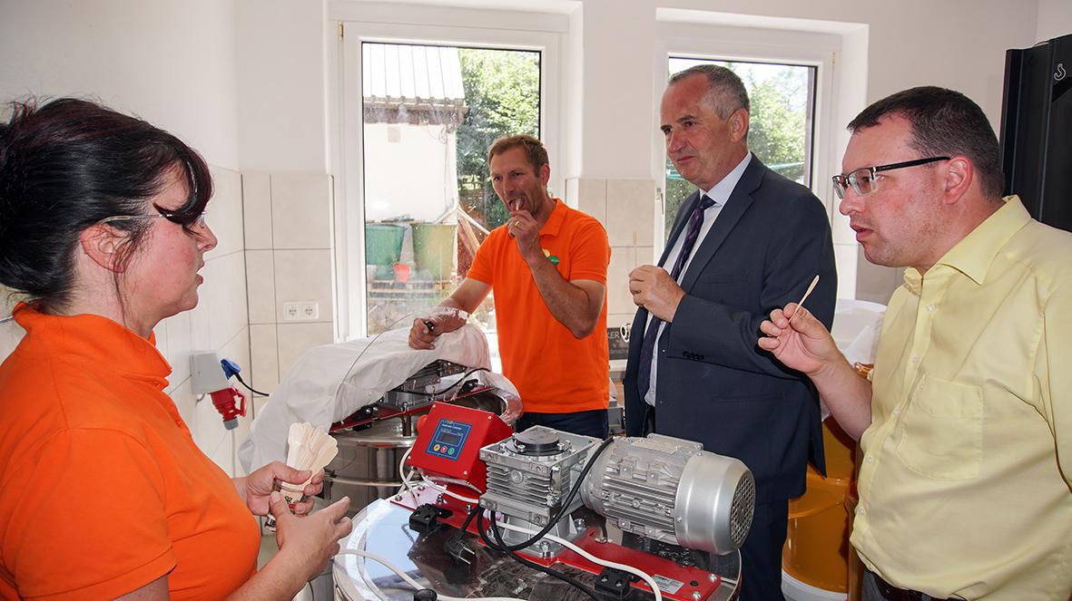 Besuch der Erlebnisimkerei Bienentau in Walthersdorf.