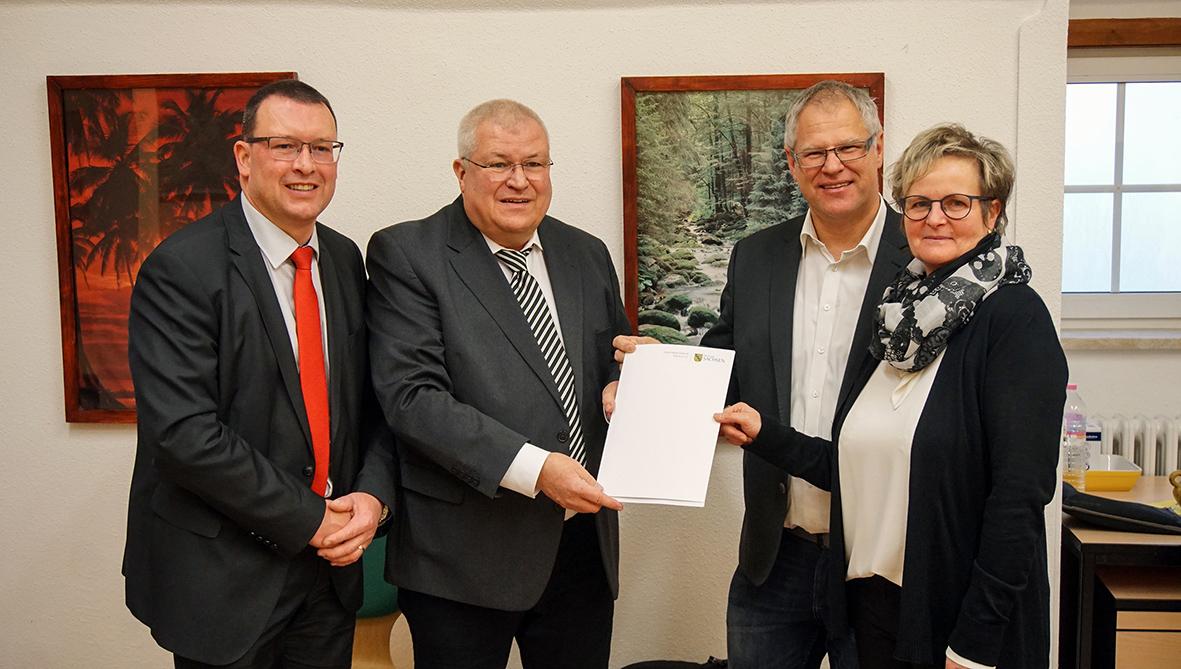 Bild v.l.n.r.: MdL Ronny Wähner (CDU), Kultus-Staatssekretär Herbert Wolf, Bürgermeister Olaf Oettel, Schulleiterin Simone Seibt.