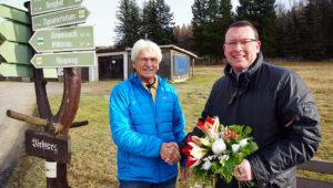 Glückwünsche an Fritz Schnalbel, der seit 20 Jahren ehrenamtlicher Ortswegewart in Königswalde ist.