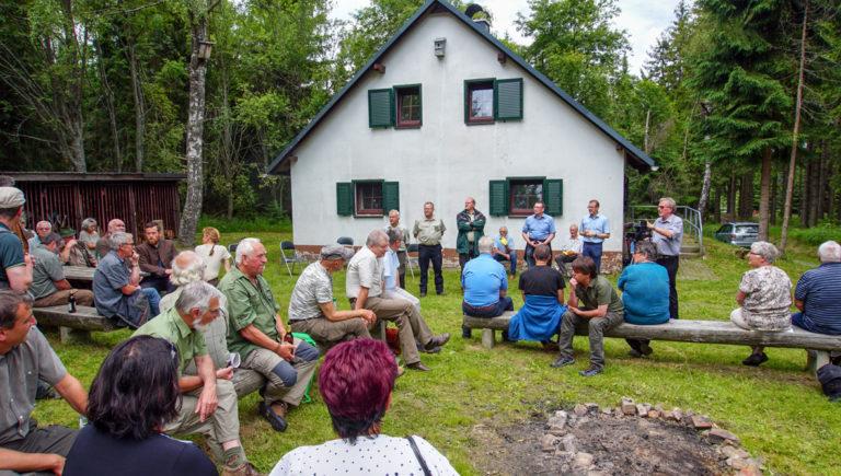 """Waldgespräch an der """"Hütte Wilder Jäger"""" bei Satzung."""